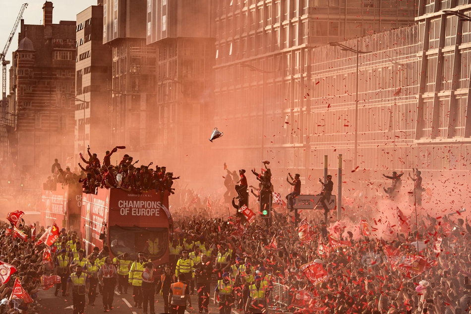 原创            利物浦欧冠游行照获奖!75万拥趸上街庆祝,漫天华彩昭示红军复兴