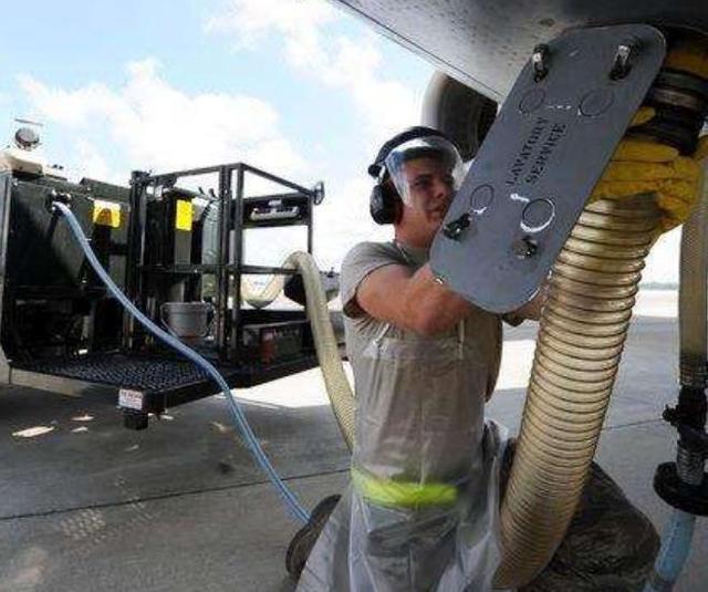 """飞机上的""""粪便""""是怎么处理的?会砸到地上的人吗?空姐说出实情"""
