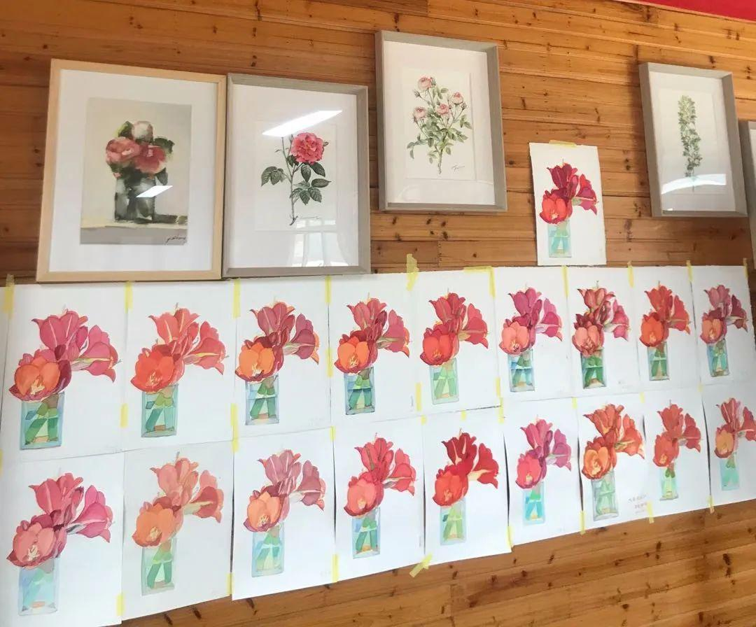 """""""从画好一朵花开始,由简入繁,不断提高村民们的绘画水平,如今画好一枝花,将来画成的是一束花,一个花园."""""""