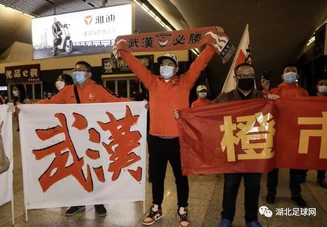 刚刚,卓尔全队抵达武汉,终于回家啦……