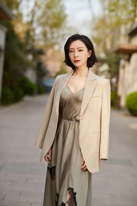 陈数43岁了,如果做到高级又减龄,看她的西服搭配连衣裙就明白了