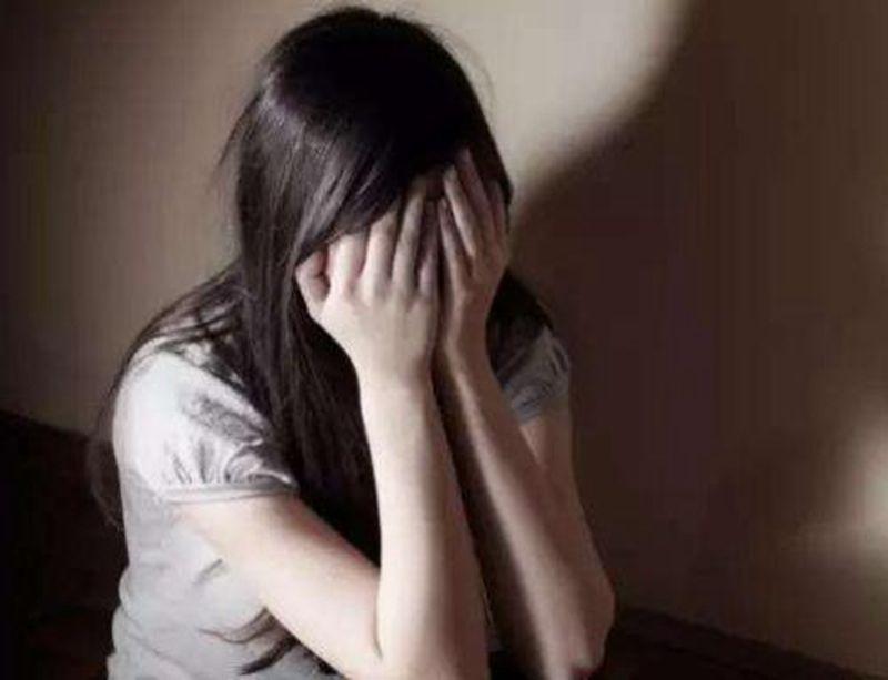 原创鲍某涉嫌性侵养女在美国会怎么判决?直接因强奸未成年人而坐牢