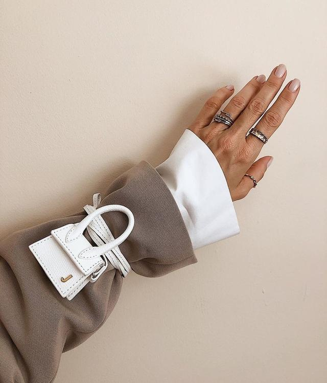 包包不用拎,挂在脚踝、手臂上,解放双手的同时,也太时髦了吧