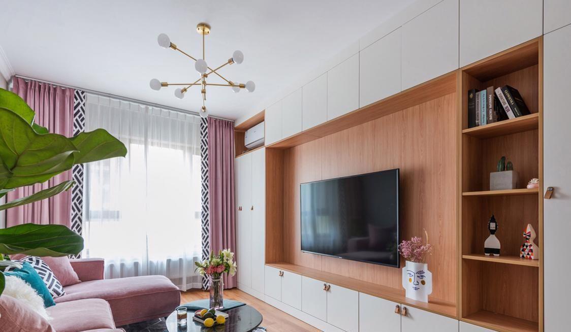 原木嵌入式的电视背景墙,围绕电视一周的是收纳柜.图片