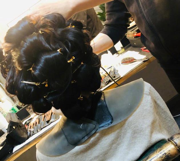 古力娜扎晒收工照 坐镜前做发型好似