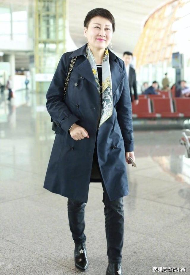 原创张凯丽哪像57岁!剪了超短发穿风衣配丝巾走机场,时髦上升一个度