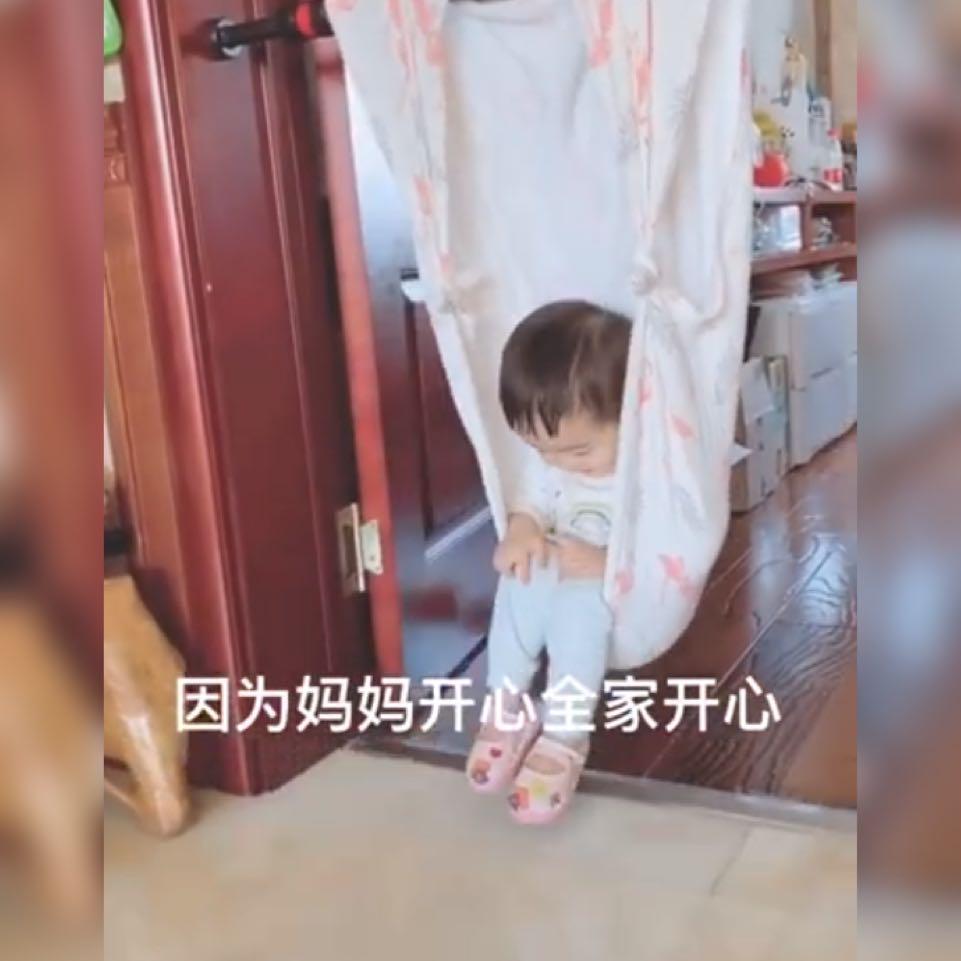 原创90后带娃路子太野!妈妈用健身器材给宝宝做秋千,网友:很有创意