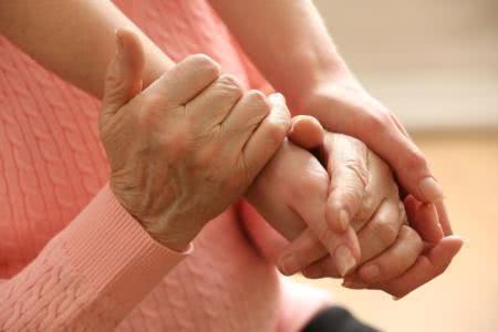 """长期""""手脚发麻""""的人,除了颈椎病以外,还有排查4种常见症状"""