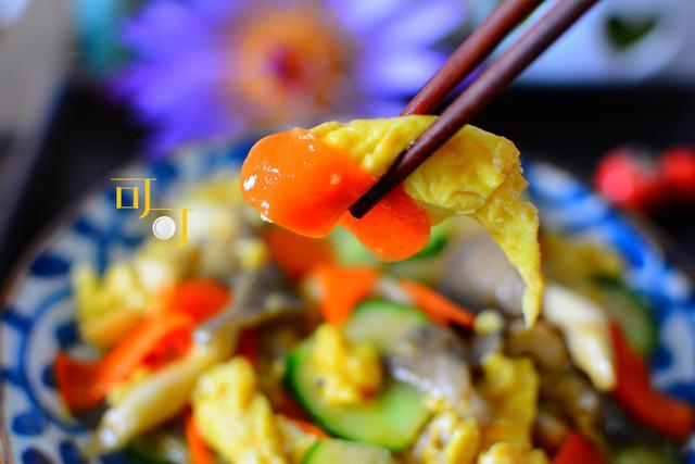 平菇超好吃的做法,除了鸡蛋还加两样蔬菜,营养丰富,孩子都爱