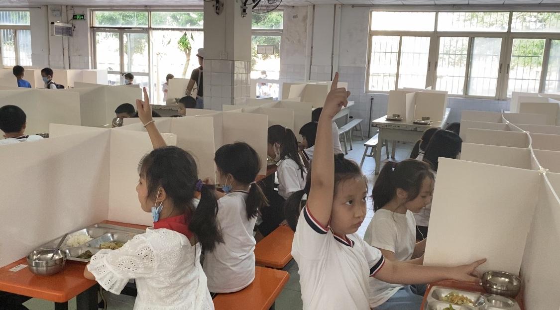 """海南一小学复学后推出""""无声食堂"""",学生比手势加餐"""