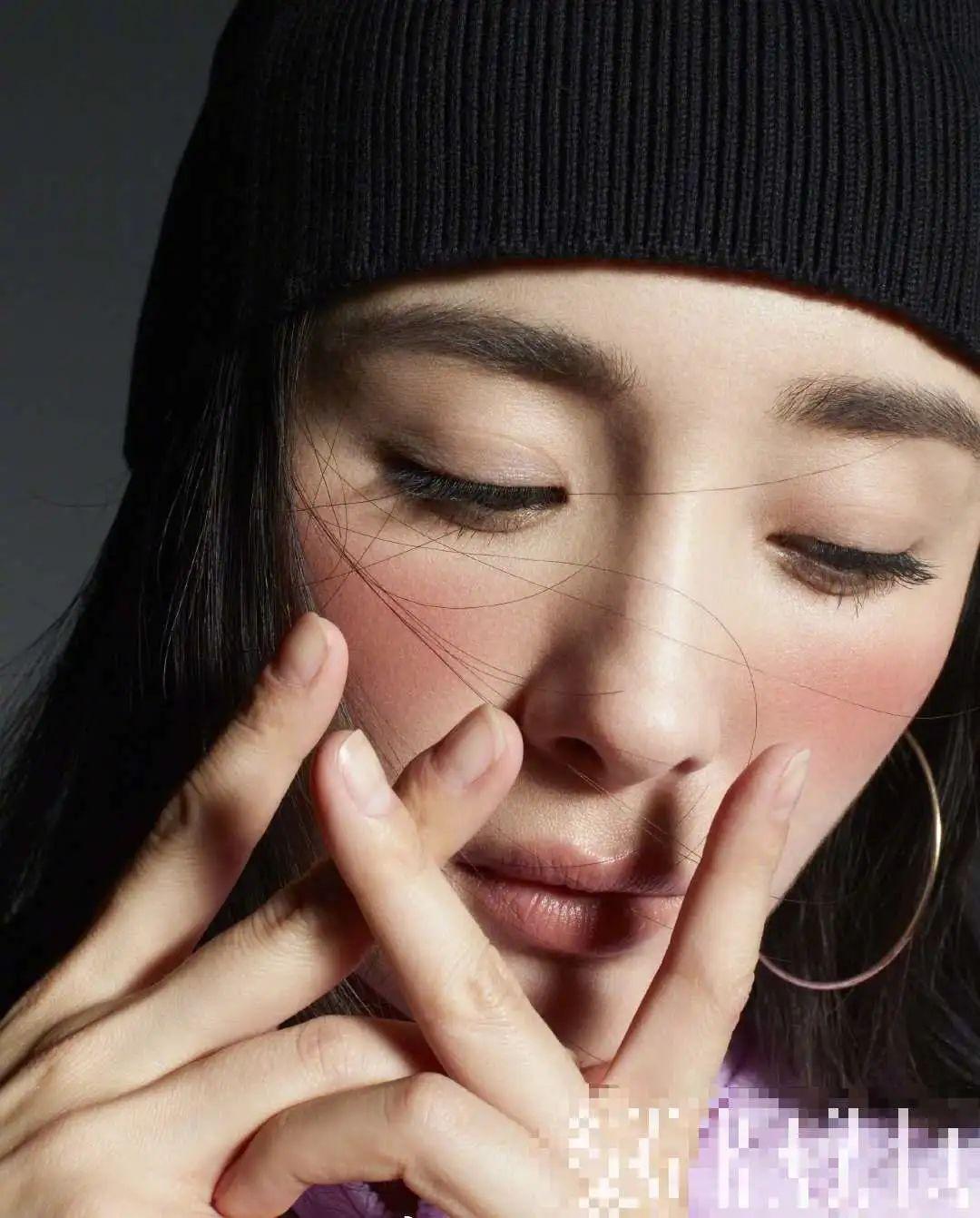 原创杨幂最新杂志大玩复古!鼻子高挺皮肤紧致,瘪嘴缺陷暴露拉低颜值