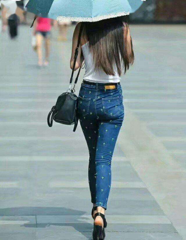紧身:若隐若现的展现出修长美腿,街拍: 气质若兰身姿热辣妖艳指数热辣