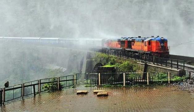 印度最刺激的鐵路:從300米瀑布中穿過,不關窗火車就裝滿水