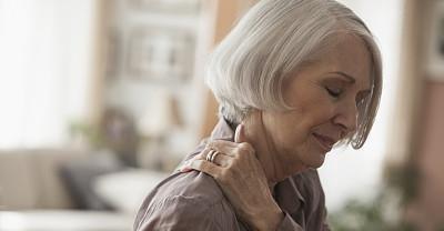 一位得了肩周炎的老奶奶