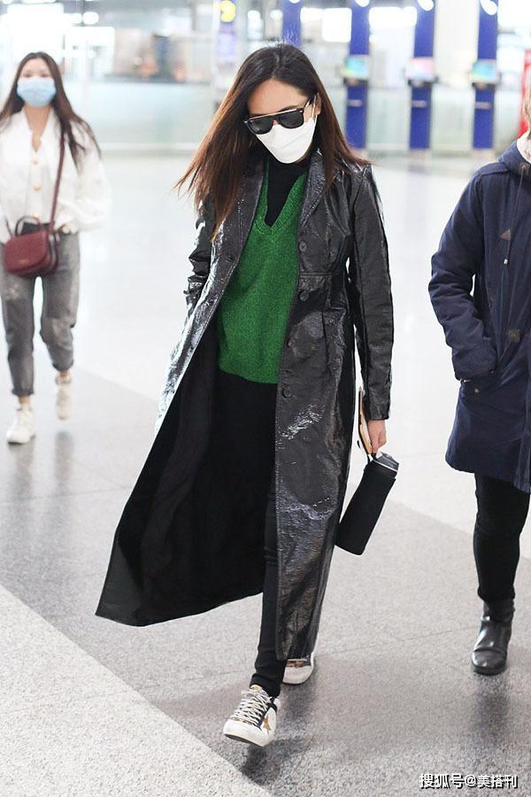 31岁刘惜君现身机场,绿毛衣搭亮面大衣看着像41岁,穿搭太雷人了