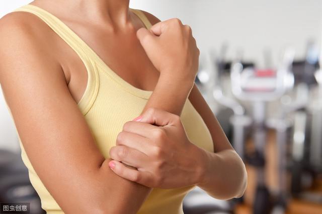 前臂酸疼是怎么产生的?一个拉伸动作,解决酸痛问题