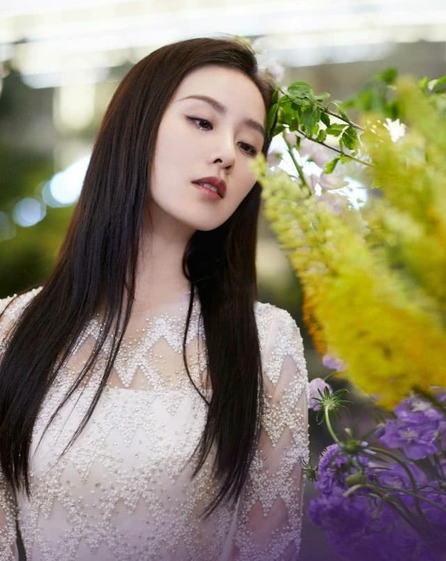 刘诗诗现身李佳琦直播间,又美又白,真是白衣飘飘的小仙女