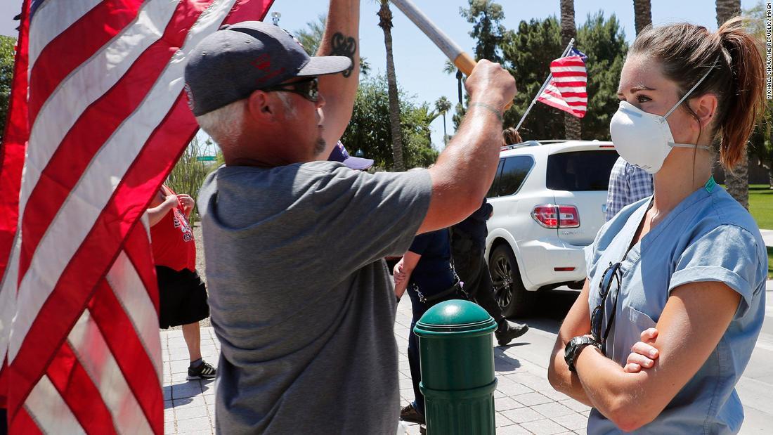 CNN:沉默的力量!美国护士无声抗议民众反封锁游行示威
