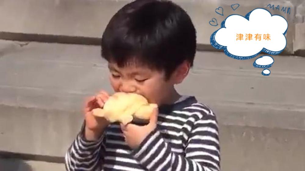 原创宝宝吃面包津津有味,冷不丁被飞鸟抢走,妈妈很同情却还笑出了声