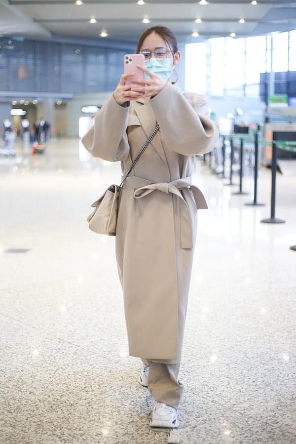 原创 陈乔恩上年纪不在意穿搭,风衣很时尚却穿出了水桶腰,气质减半