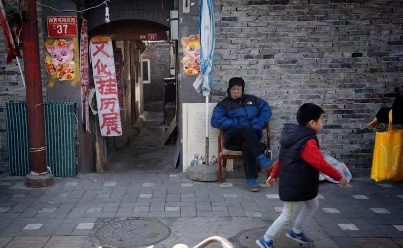 """在北京西黄城根北街的路口,有一家深夜食堂般的""""挂历地图动漫""""小铺。"""