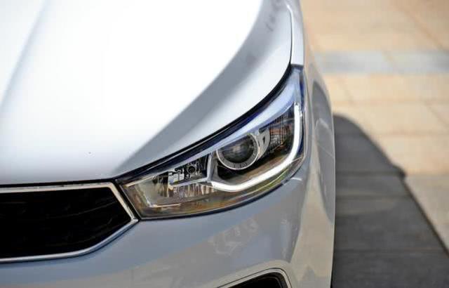 昌河汽车重组后的第一辆车,四缸,油耗低至6L,真皮耐用,销量5万多