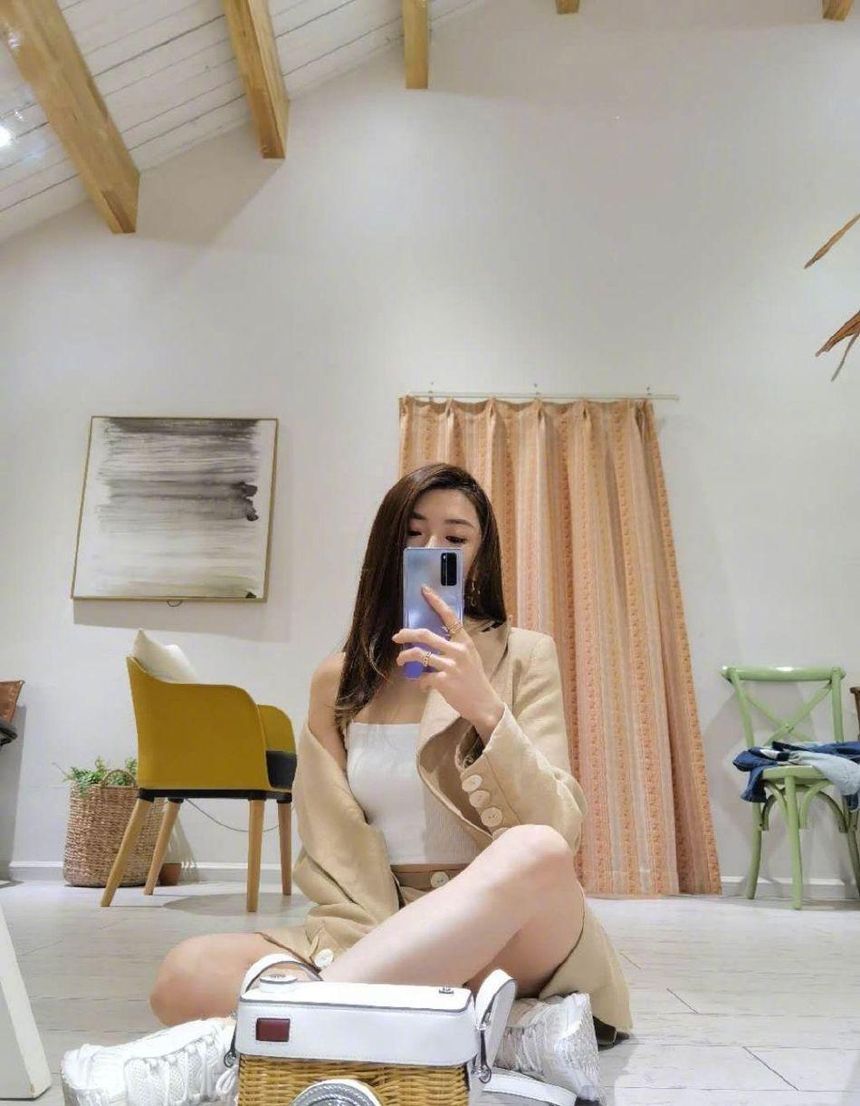 原创郑恺前女友程晓玥晒美照,穿休闲上衣露半边香肩,性感又高级