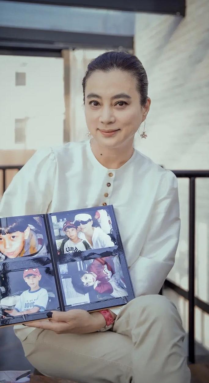 原创57岁李玲玉晒照,自拍近照没皱纹,日常出街有气质不愧大众女神