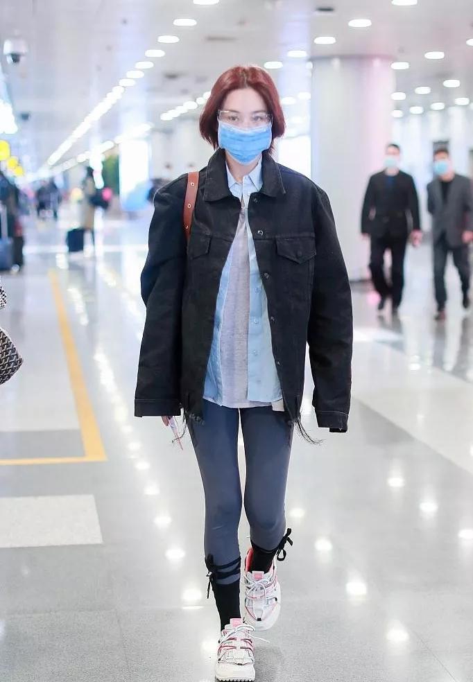"""张馨予现身走机场,穿健美裤还绑根带子,二次元""""萝卜腿""""太招摇"""