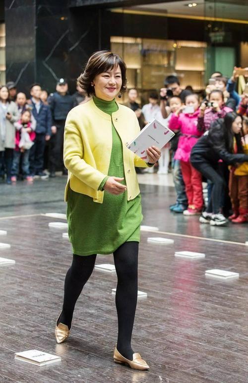 原创鞠萍姐姐发福明显,穿搭虽然很时髦,但衰老的痕迹还是盖不住!