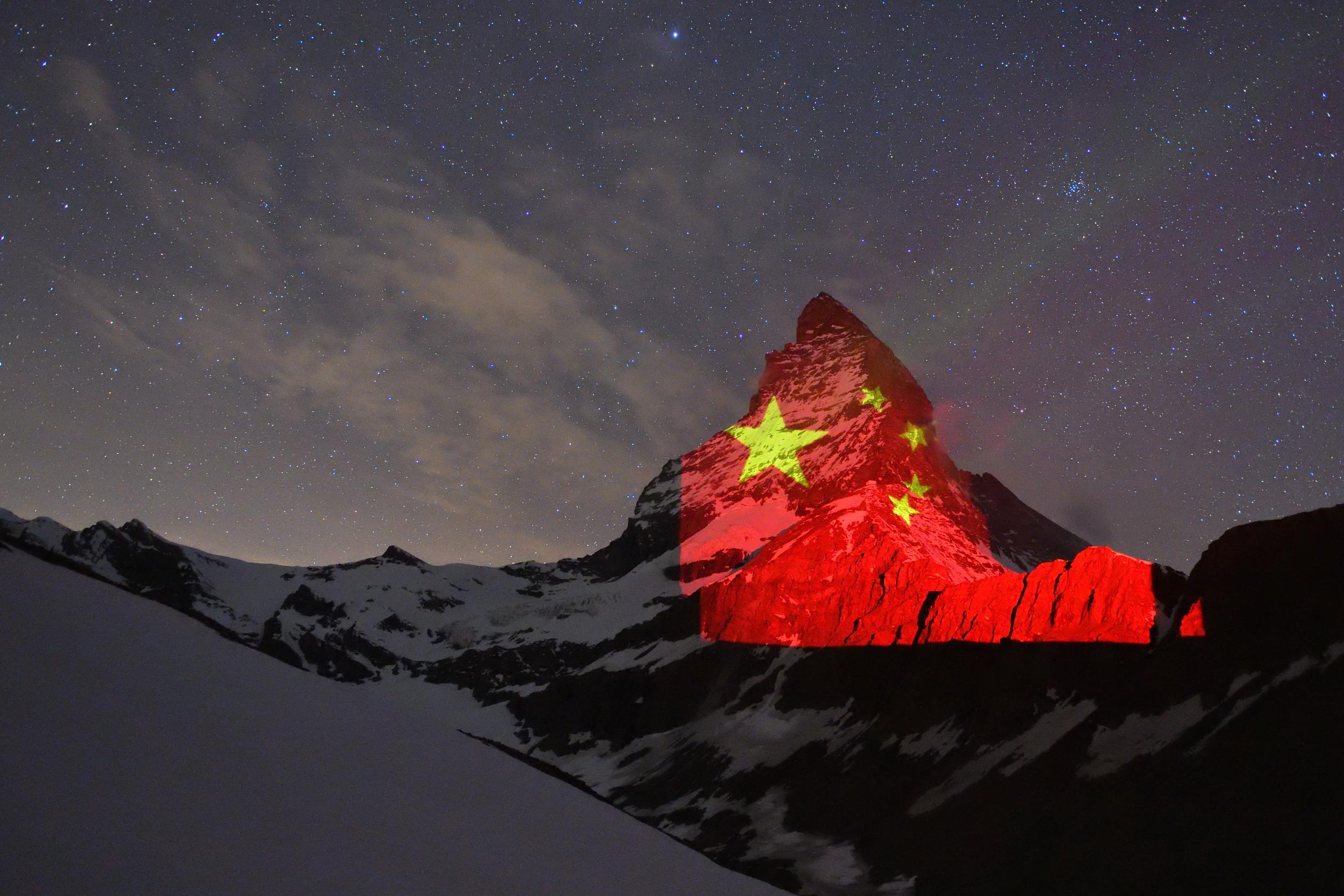 """五星红旗""""印""""上马特洪峰图片"""