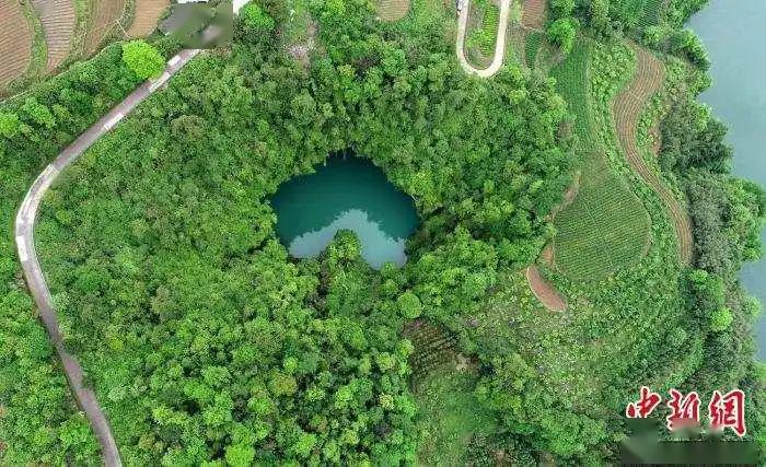 """张家界发现地质奇观天坑""""心""""湖,面向全球征名"""