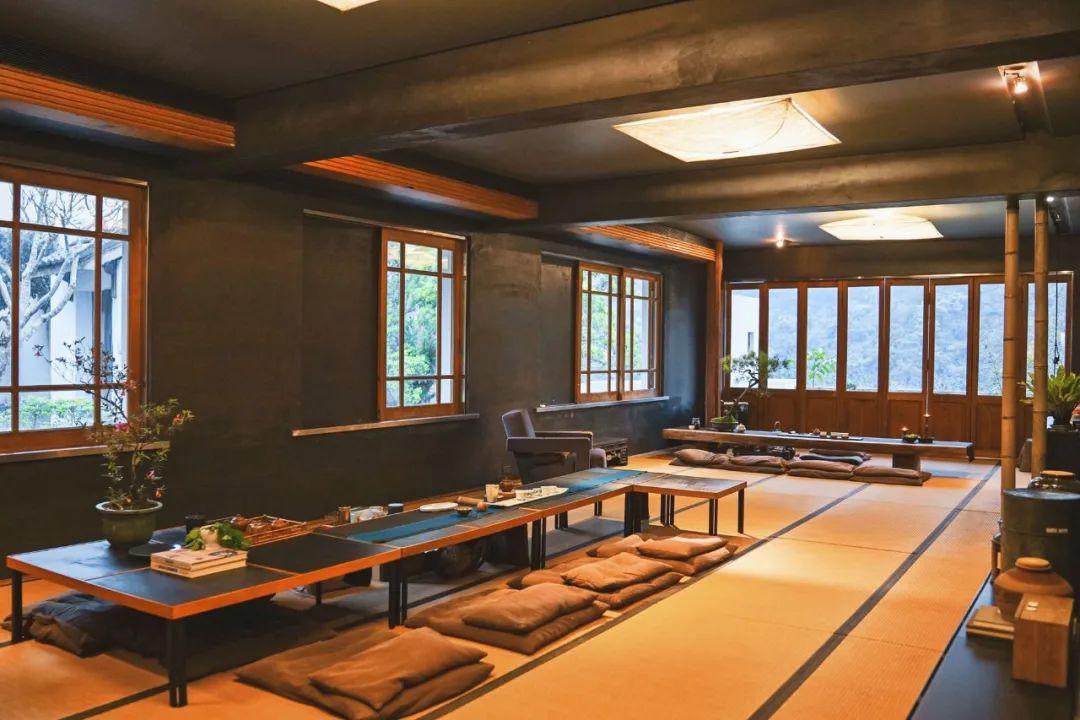 原创            他把破茶厂改成1500㎡别墅,一张沙发就值一栋楼,却从不住人