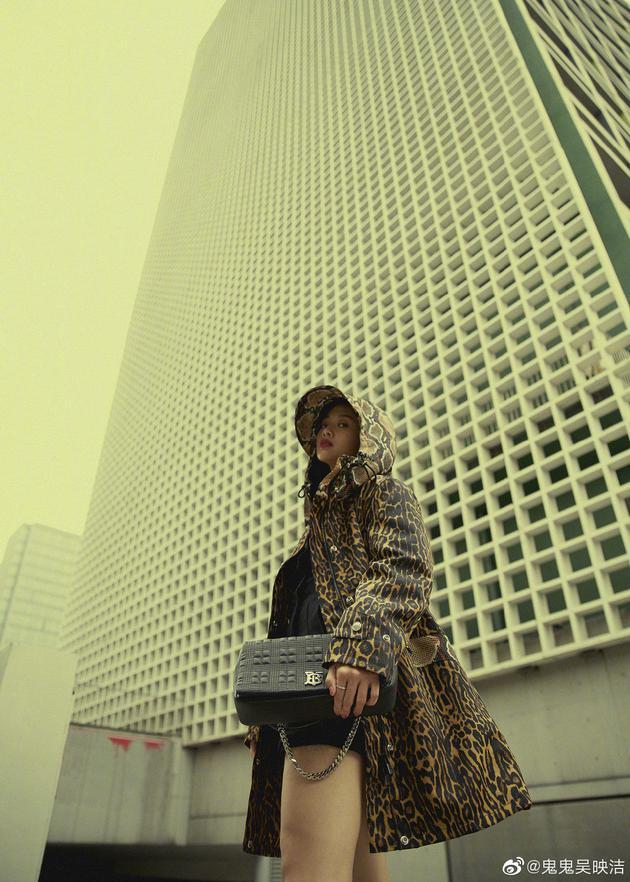 鬼鬼吴映洁晒时尚街拍照穿豹纹长腿吸睛气场两米