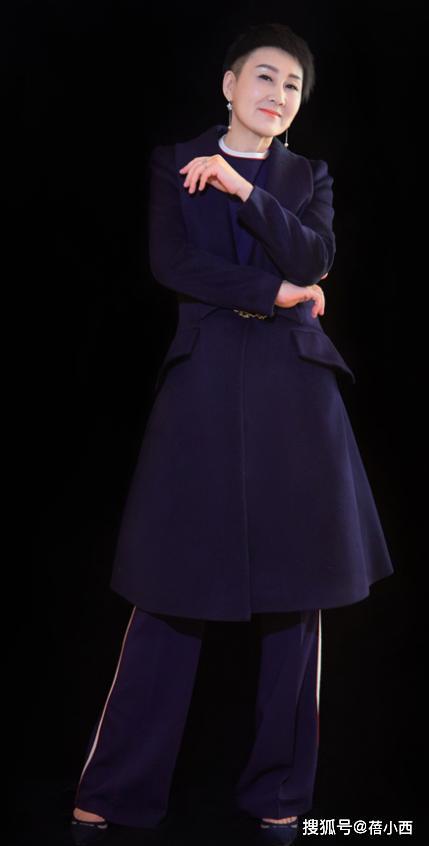 张凯丽的高级感从来没输过!穿大衣配阔腿裤亮相,短发又a又炸