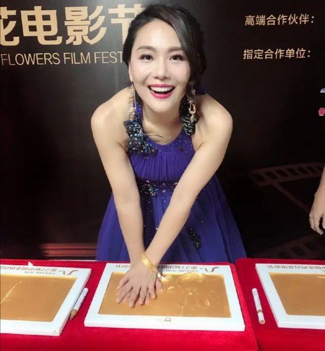 原创             还珠格格的柳红不见老,王艳却要靠打扮硬撑,差距真的好大!