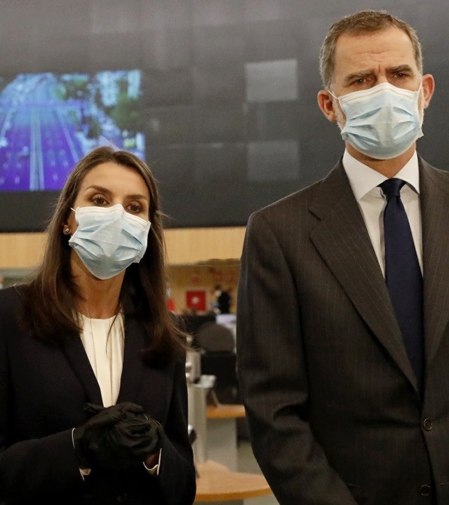 西班牙王后终于露面!化烟熏妆戴口罩,努力瞪眼却提不起精神