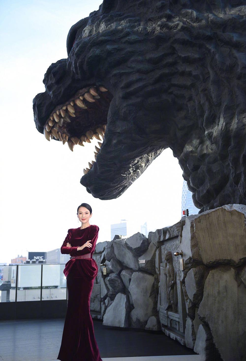 """章子怡国外活动太豪放,穿""""开肩""""礼服气场全开,束腰很个性"""