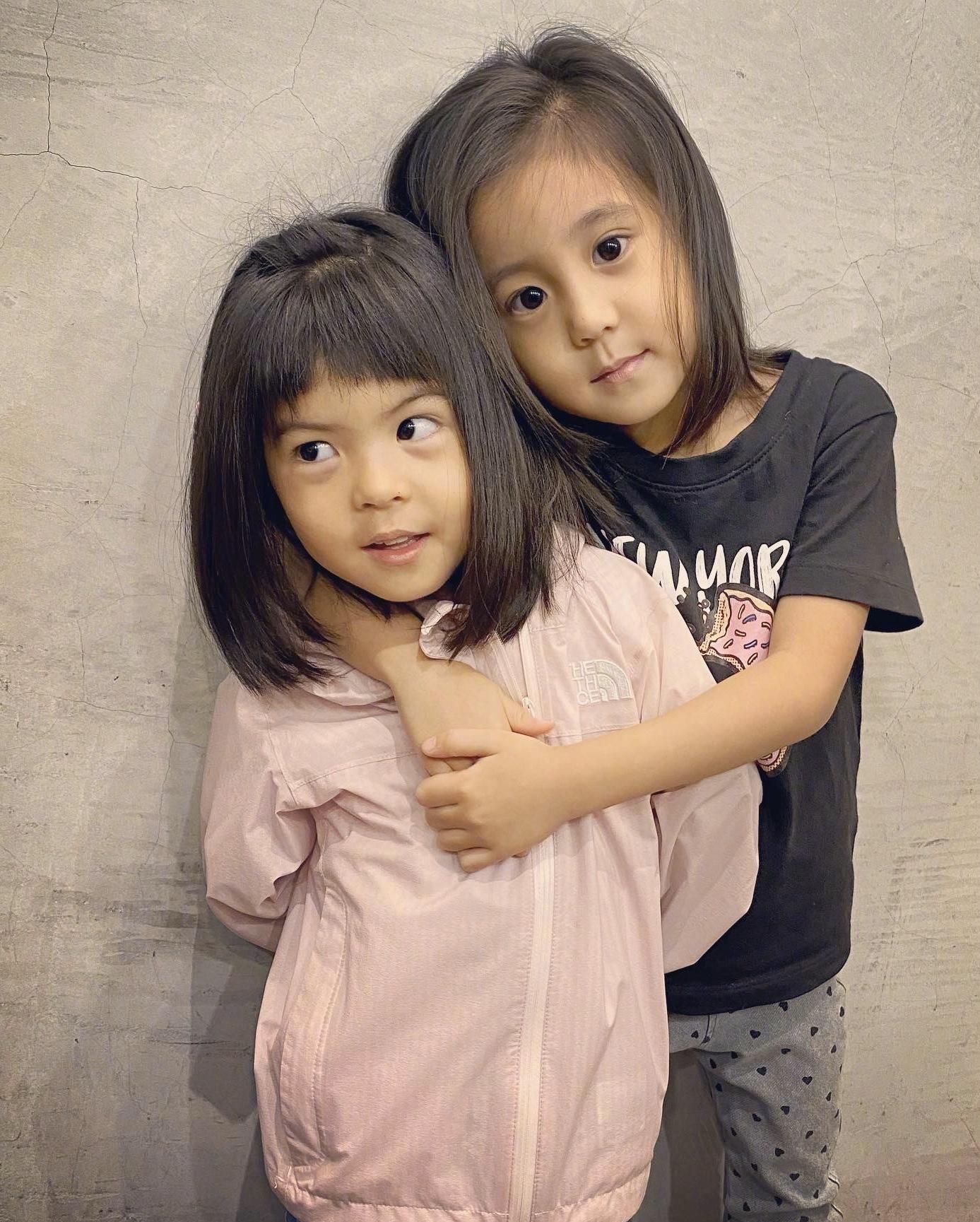 原创贾静雯俩女儿颜值高!晒理发照片都像拍大片,网友:专挑优点遗传