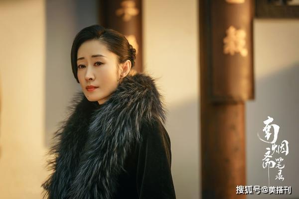刘敏涛真会服装,运动服配红色卫衣帆布鞋,44岁像年轻小姑娘一样平常