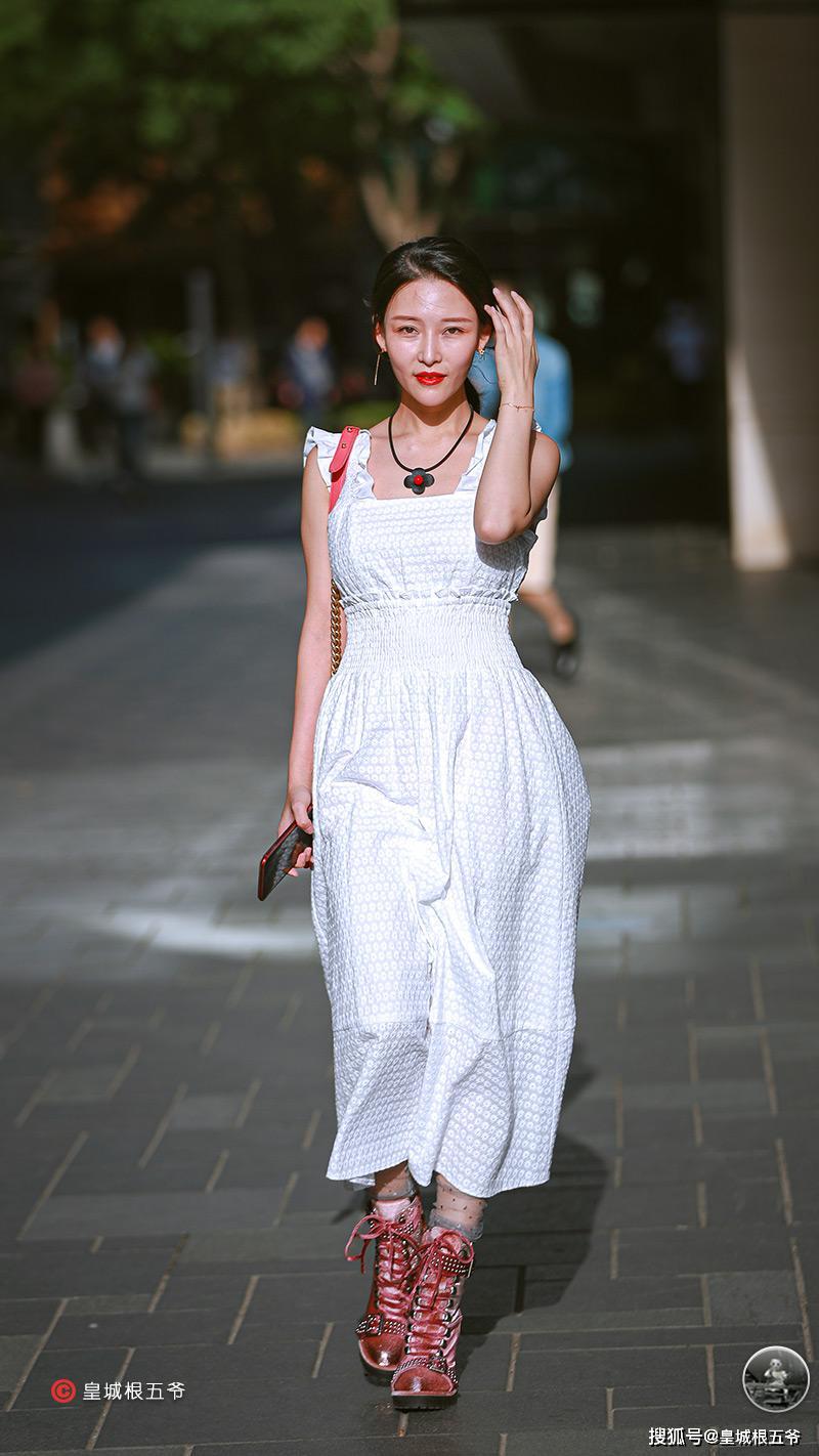 原创街拍:追寻时尚的方法多种多样,用自己的穿搭来带动整个潮流风向