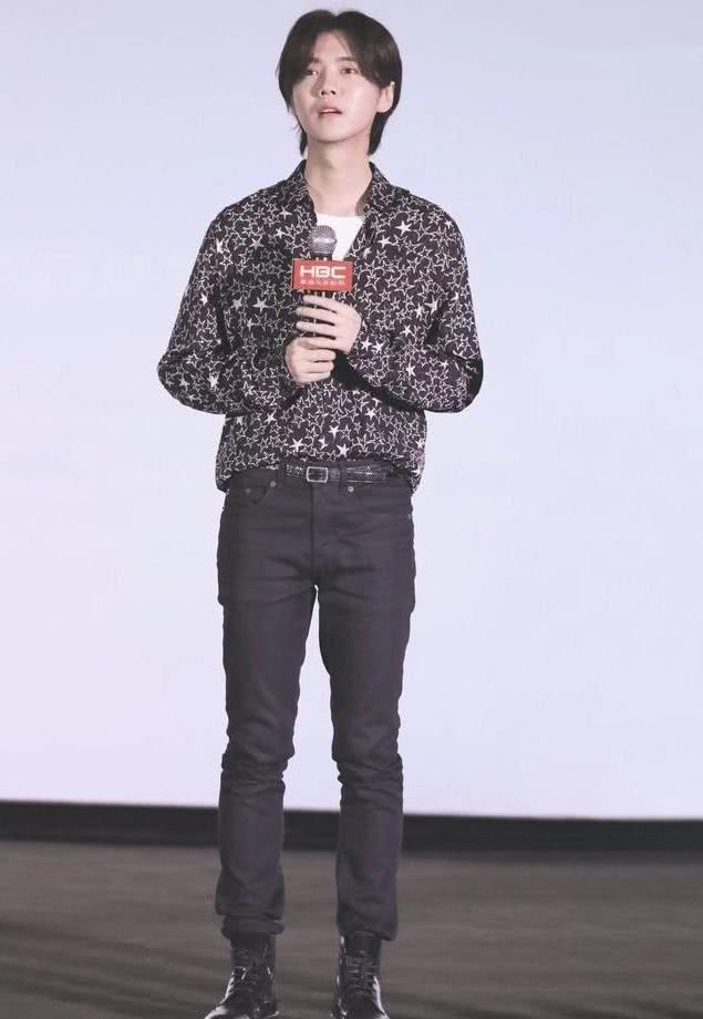 原创鹿晗节目造型惊艳全场,花瓣衬衫清新活力显帅气,让观众回味无穷