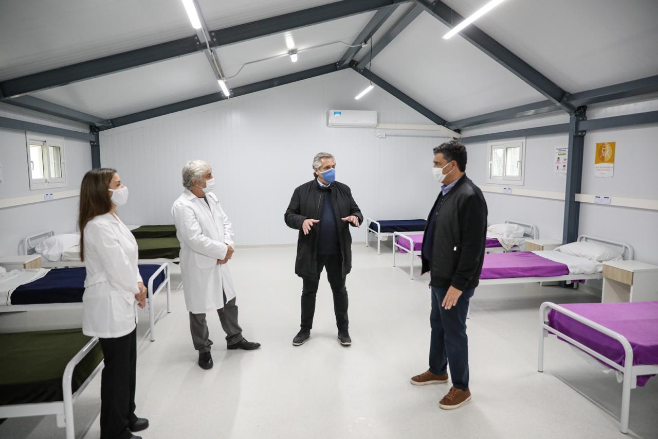 阿根廷日增新冠肺炎确诊病例124例总统首次戴口罩出巡视察方舱医院