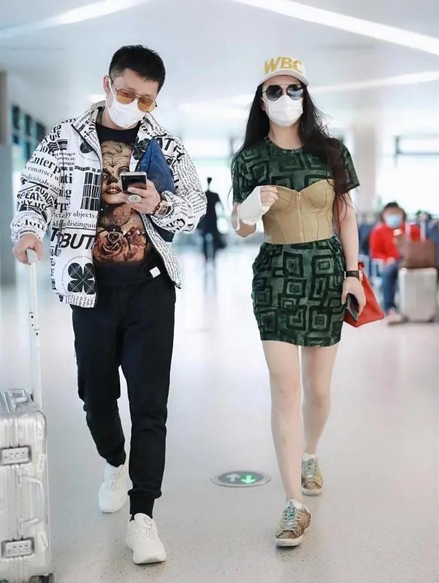 原创35岁冉莹颖和39岁霍思燕,同是辣妈都搭配束胸衣,身材好就是任性