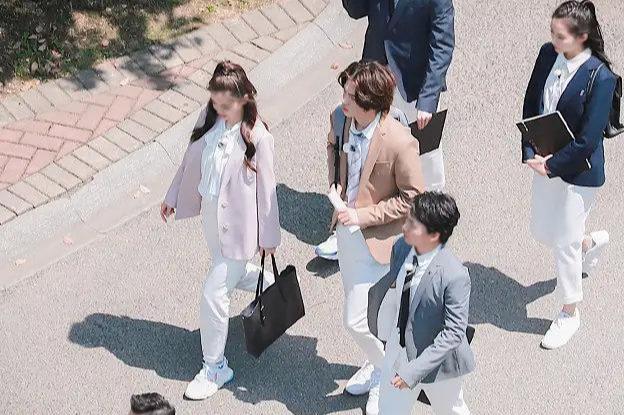 婚纱女_穿着婚纱的女粉路过,刘宇宁顺手接到粉红玫瑰花,网友:太可爱了