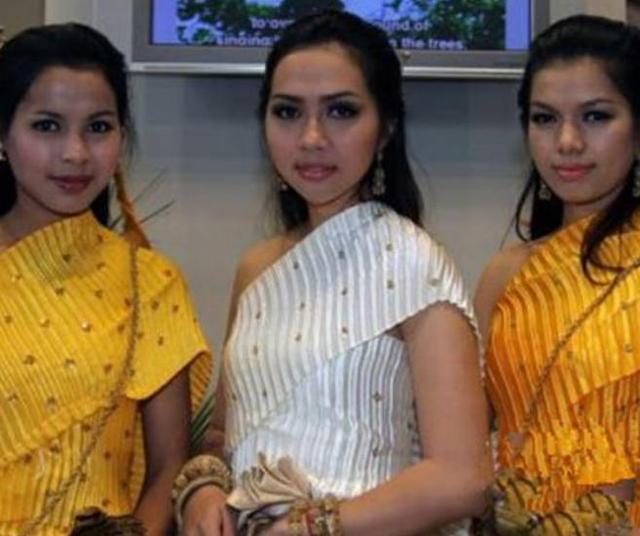"""柬埔寨的""""女人村"""",住着40个寡妇107个孩子,生育问题咋解决?"""