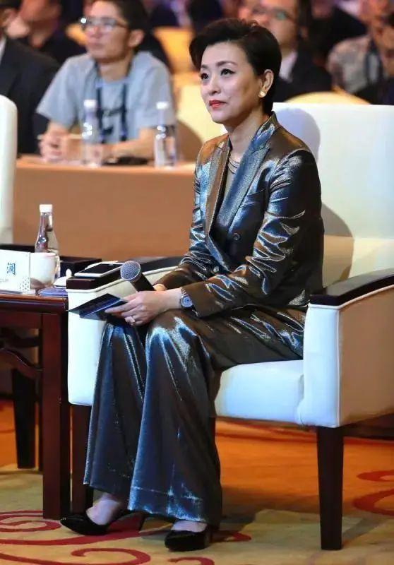 原创杨澜老了更漂亮,不修图气质照样很好,就是不该穿大妈款丝袜!