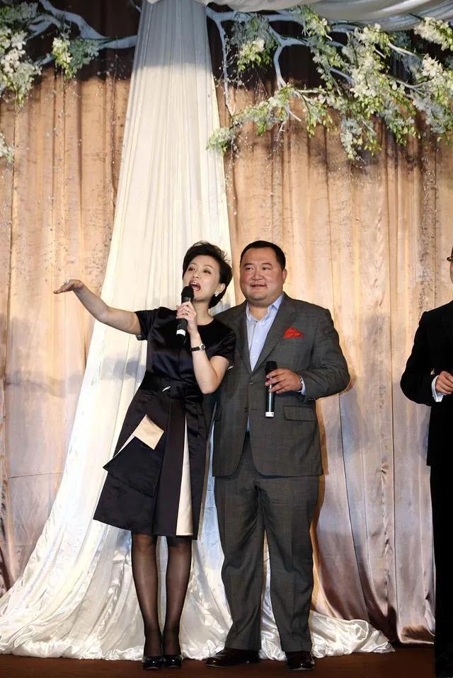 52岁杨澜和老公同框,在老公面前变娇小可人,相差2岁像隔代人