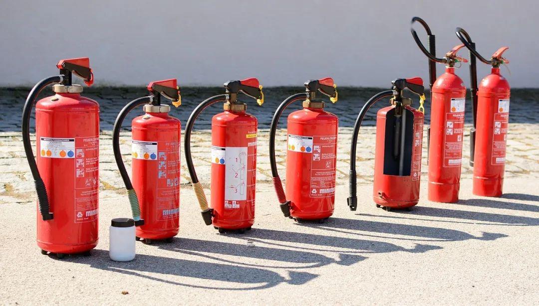 灭火器按充装的灭火剂分类,现行的灭火器分类法把灭火器分为水基型灭火器、干粉型灭火器(abc灭火器)、二氧化碳灭火器和洁净气体灭火器等4类.