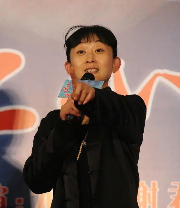 原创老明星扮嫩靠化妆硬撑,陈瑾脸是老了,看着却舒服自然不少!
